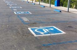 Handicapsymbool op parkeerplaats Stock Fotografie