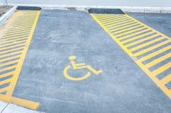 Handicapte gehandicapt pictogramteken op parkeerterrein of ruimtegebied in parkeerterrein in de stadsstraat stock foto