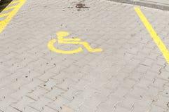 Handicapte gehandicapt pictogramteken op parkeerterrein of ruimtegebied in parkeerterrein in de stadsstraat Royalty-vrije Stock Foto