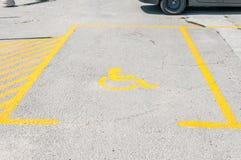 Handicapte gehandicapt pictogramteken op parkeerterrein of ruimtegebied in parkeerterrein in de stadsstraat stock fotografie