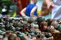 Handicrafteddingen die in Polen tijdens een kunstgebeurtenis worden gemaakt in park stock afbeelding