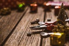 Handig van Hulpmiddelenkerstmis concept als achtergrond Buigtang en moersleutels met de decoratie van het Kerstmisornament op een stock afbeelding