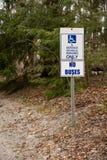 Handikap- und Service-Fahrzeugparken nur - keine Busse stockbild