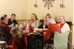 Handikapgroßvater und -familie, die zu Abend essen Stockfotos