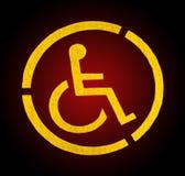 Handikapp det gula parkeringstecknet på asfalt, personer med handikapp Arkivfoto