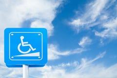 Handikapp parkeringstrafiktecknet på bakgrund för blå himmel Fästa ihop PA Arkivfoton
