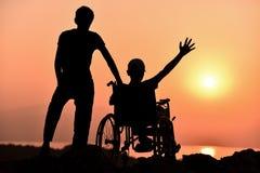 Handikapp som håller ögonen på solen att stiga royaltyfria bilder