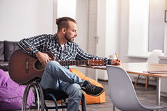 Handikappad idérik man som ner skriver ny sång Arkivbilder