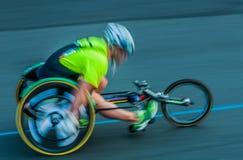 Handikappad man paris i en rullstolmaraton Royaltyfri Bild