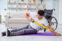Handikappade personermannen som hemma återställer från skada royaltyfri bild