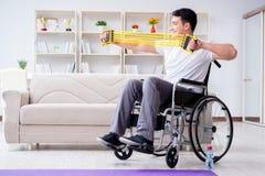 Handikappade personermannen som hemma återställer från skada royaltyfria bilder