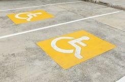 Handikappat parkeringssymbol på golv Royaltyfri Bild