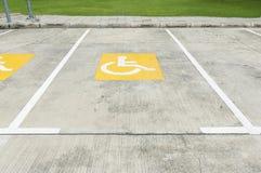 Handikappat parkeringssymbol på golv royaltyfri fotografi