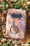 Handikappat riktningstecken Royaltyfri Foto