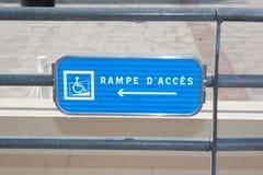 Handikappparkering eller tecken för rullstolacessutrymme - Royaltyfria Foton