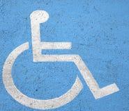 Handikappparkeringstecken på gatan Royaltyfri Fotografi