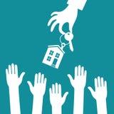 Handimmobilienagenturholding hält einen Schlüssel mit a Lizenzfreies Stockbild