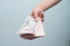 Handinnehav med pengar Royaltyfri Bild
