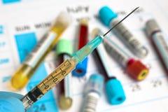 Handinnehavinjektionsspruta med serum för infektion royaltyfria bilder