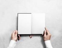 Handinnehavmellanrumet öppnade bokåtlöje upp den vita halva titeln fotografering för bildbyråer