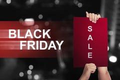 Handinnehavpapper med försäljningstext på Black Friday fotografering för bildbyråer