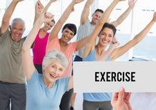 Handinnehavplakat som läser övning mot folk som gör aerobics arkivbild