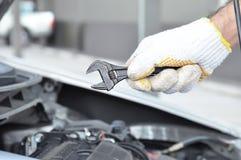 Handinnehavskiftnyckel - bil som kontrollerar & reparerar begrepp Royaltyfri Fotografi