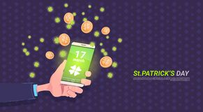 HandinnehavSmart telefon med växt av släktet Trifoliumbladet och guld- mynt över lycklig dagbakgrund för St Patricks royaltyfri illustrationer