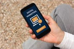 Handinnehavtelefon med digitalt marknadsföra begrepp på skärmen royaltyfria bilder