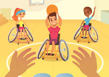 Handisport Meninos e meninas nas cadeiras de rodas que jogam o baysball em um gym da escola Opinião de primeira pessoa da desvant Foto de Stock