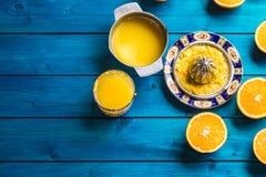 Handjuicer och nya apelsiner tropiska nya frukter Royaltyfri Fotografi