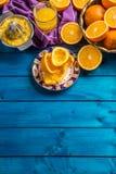 Handjuicer och nya apelsiner tropiska nya frukter Royaltyfri Foto