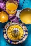 Handjuicer och nya apelsiner tropiska nya frukter Fotografering för Bildbyråer