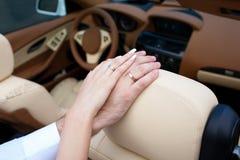 Handjungvermählten mit Eheringen schließen oben Lizenzfreie Stockbilder
