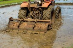 Handkärra åkerbruk pik för traktor jordväxten ett träd arkivbilder