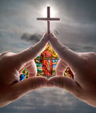 Handkirche gegen Himmel lizenzfreie stockfotos