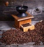 Handkoffiemolen met bonen op houten achtergrond royalty-vrije stock afbeeldingen