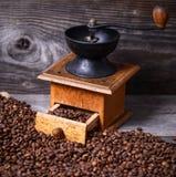 Handkoffiemolen met bonen op houten achtergrond royalty-vrije stock foto