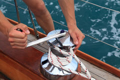 Handkurbel auf einem Segelboot stockfotografie