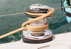 Handkurbel auf einem Segelboot stockbild