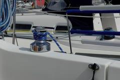 Handkurbel auf einem Segelboot Stockfoto