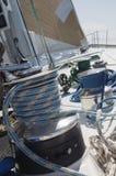 Handkurbel auf Yacht stockfotos