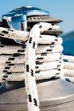 Handkurbel mit Seil auf einem Segelboot Stockfoto