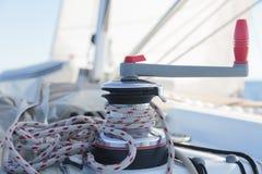 Handkurbel mit Seil auf Segelboot stockfoto