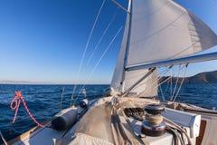 Handkurbel mit Seil auf Segelboot stockbilder