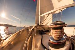 Handkurbel mit Seil auf Segelboot lizenzfreies stockfoto