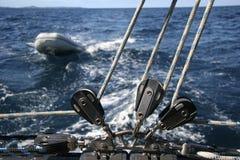 Handkurbel mit Seil und einem Schlauchboot Stockfotografie