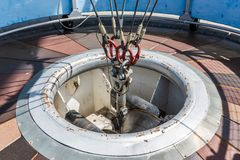 Handkurbel und Anchoragemechanismus einer großen Heißluft steigen im Ballon auf stockfotografie