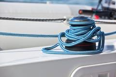 Handkurbel und Seil, Yachtdetail lizenzfreies stockfoto