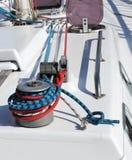 Handkurbel und Seile auf einer Yacht Lizenzfreie Stockfotos